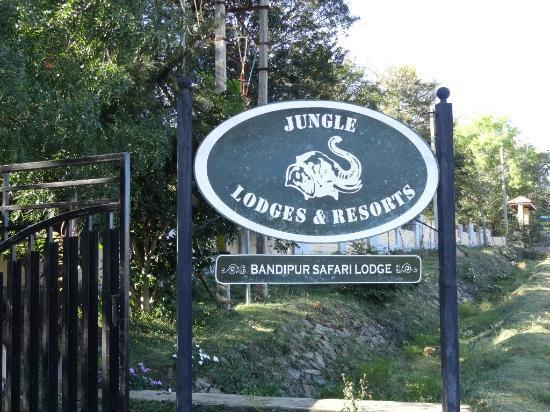 sign board of safari lodge near bandipur forest stay